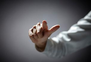 指を伸ばす女性の手の写真素材 [FYI01638802]