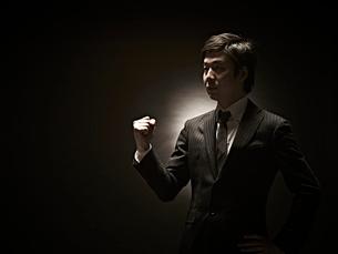 ガッツポーズのビジネスマンの写真素材 [FYI01638810]