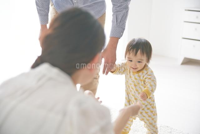 母親に向かって歩いている赤ちゃんの写真素材 [FYI01638811]