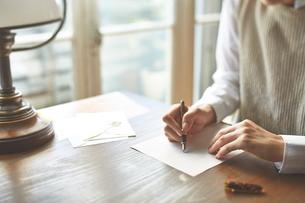 カフェで手紙を書く女性の写真素材 [FYI01638830]