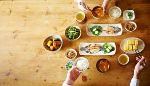 食事をする2人の写真素材 [FYI01638831]