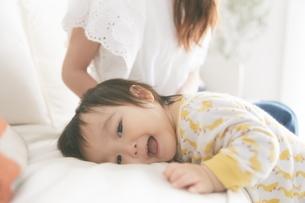 ソファに顔を埋める赤ちゃんの写真素材 [FYI01638849]