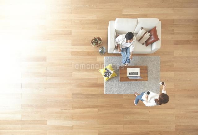 茶色の木の床と夫婦の写真素材 [FYI01638852]