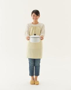 鍋を持つ主婦の写真素材 [FYI01638855]