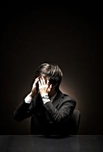 悩むビジネスマンの写真素材 [FYI01638856]