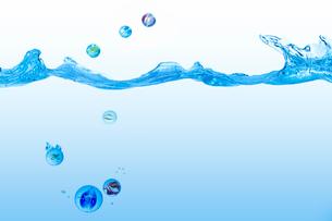 波とビー玉の写真素材 [FYI01638859]