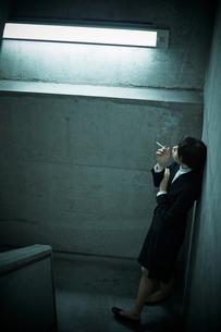 煙草を吸う女性の写真素材 [FYI01638863]