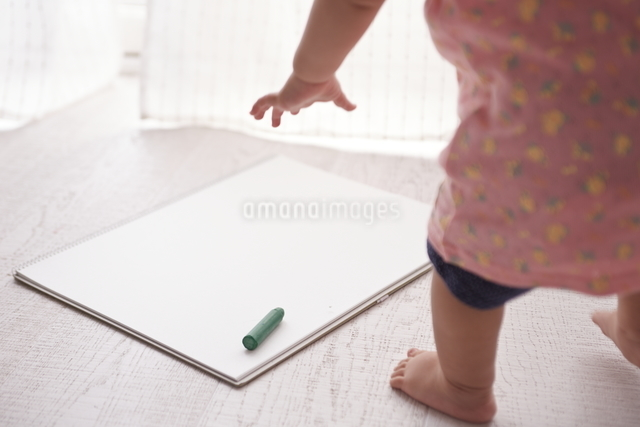スケッチブックにお絵かきをしようとする赤ちゃんの写真素材 [FYI01638877]