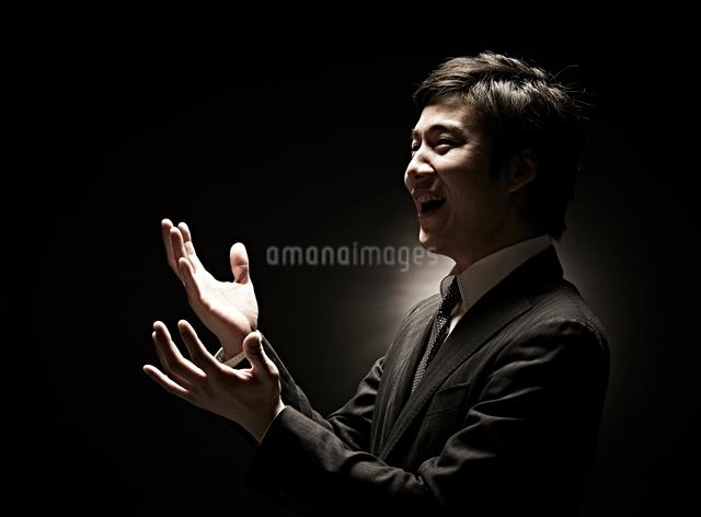 両手を広げるビジネスマンの写真素材 [FYI01638881]