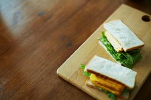 テーブルの上のサンドイッチの写真素材 [FYI01638898]