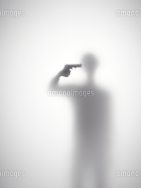 自殺しようとしている男性のシルエットの写真素材 [FYI01638903]