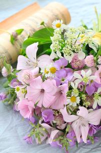 小花と楽譜の写真素材 [FYI01638908]