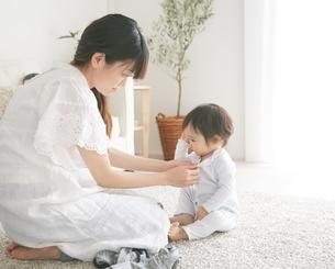着替えをしている赤ちゃんの写真素材 [FYI01638912]
