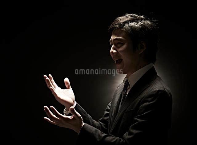 両手を広げるビジネスマンの写真素材 [FYI01638918]