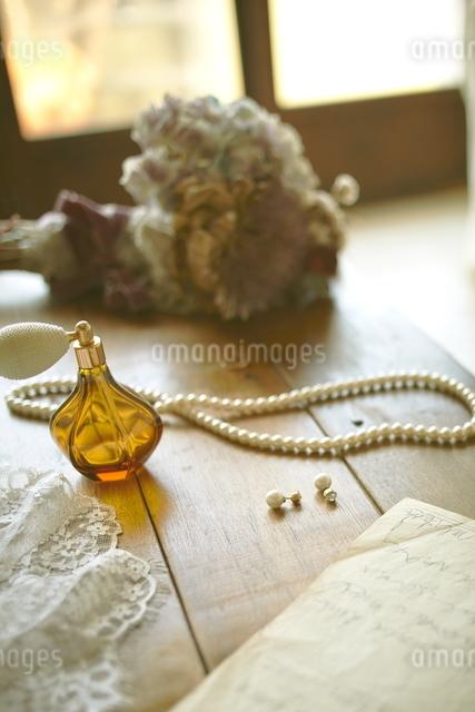 テーブルの上に置かれた新婦の持ち物の写真素材 [FYI01638925]