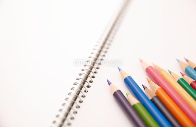 スケッチブックの上の色鉛筆の写真素材 [FYI01638934]