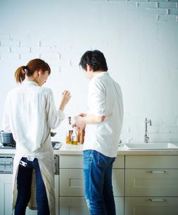 キッチンで料理をする2人の後姿の写真素材 [FYI01638971]