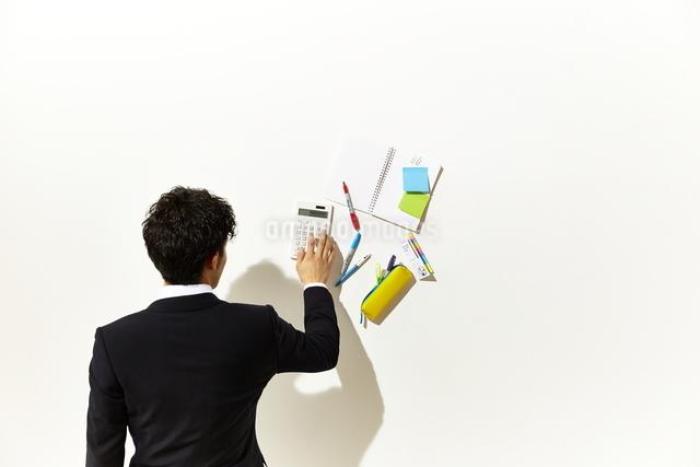電卓をたたくビジネスマンの写真素材 [FYI01638981]