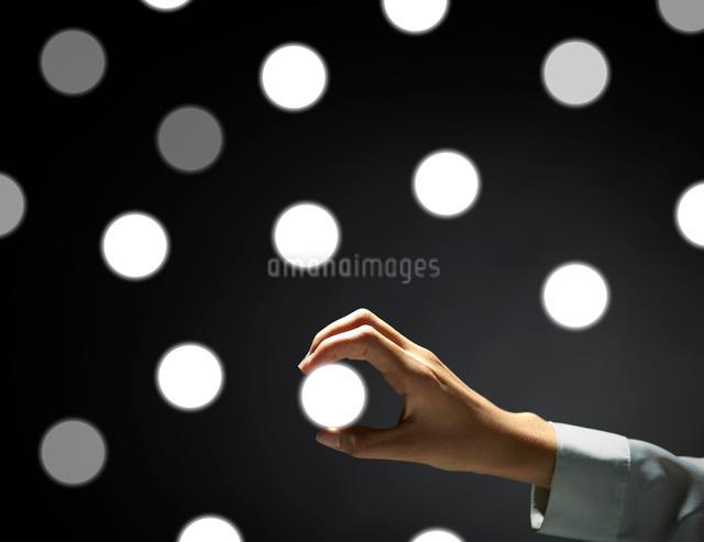 アイコンを手にする女性の手の写真素材 [FYI01638982]