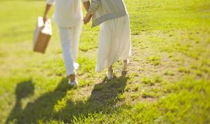 芝生の上に立っている新郎新婦の写真素材 [FYI01638995]