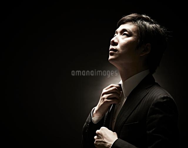 ネクタイをしめるビジネスマンの写真素材 [FYI01639003]