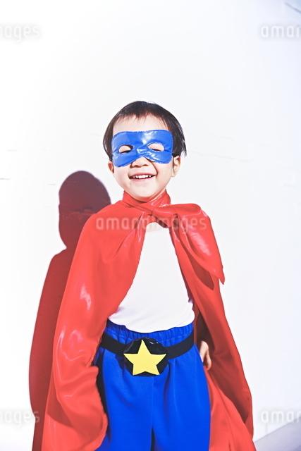 スーパーマンごっこをして喜んでいる子供の写真素材 [FYI01639049]