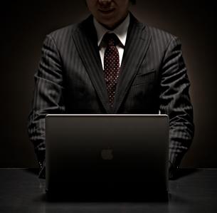 パソコンをするビジネスマンの写真素材 [FYI01639067]