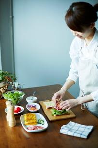 サンドイッチを作る女性の写真素材 [FYI01639073]