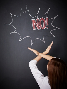 黒板に描かれた吹き出しの前でジェスチャーをする女性のイラスト素材 [FYI01639081]