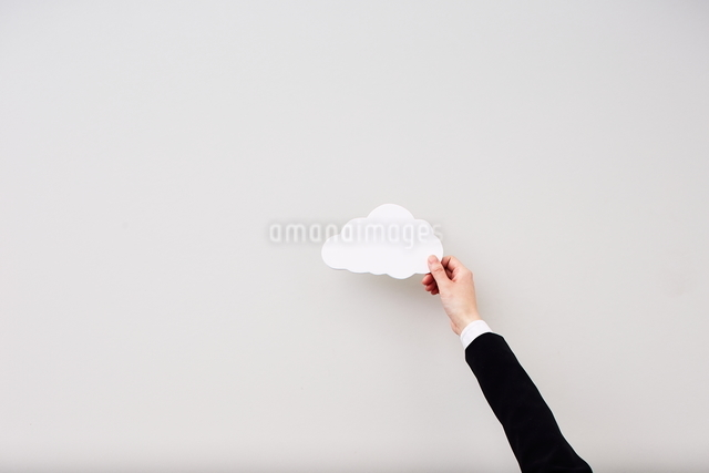 雲を触る手の写真素材 [FYI01639092]