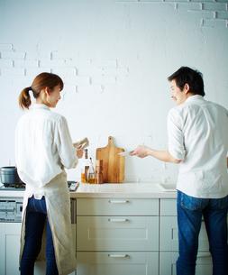 キッチンで洗い物をする2人の後姿の写真素材 [FYI01639098]