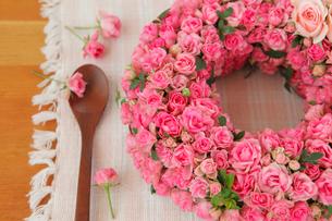 バラのリースとスプーンの写真素材 [FYI01639107]
