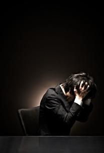 悩むビジネスマンの写真素材 [FYI01639119]
