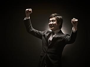 ガッツポーズのビジネスマンの写真素材 [FYI01639137]