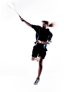 バトミントンをする女性のシルエットの写真素材 [FYI01639139]