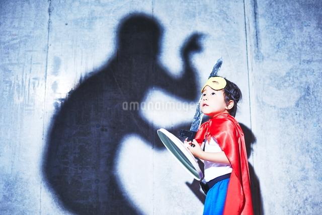 悪者と闘うちびっこスーパーマンの写真素材 [FYI01639173]