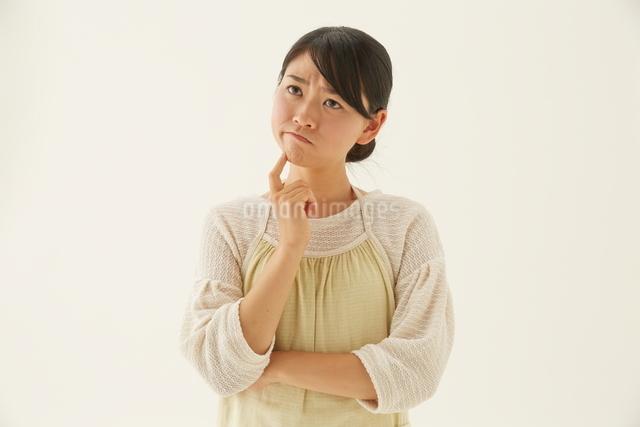 腕組みする主婦の写真素材 [FYI01639178]