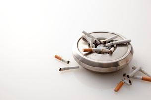 灰皿とタバコの写真素材 [FYI01639212]