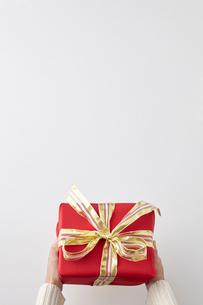 プレゼントを贈る女性の手の写真素材 [FYI01639216]