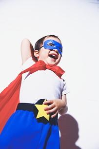 照れているちびっこスーパーマンの写真素材 [FYI01639217]