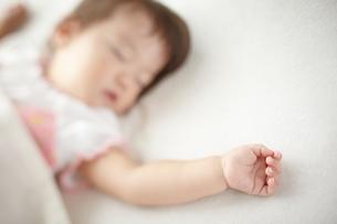 お昼寝している赤ちゃんの写真素材 [FYI01639244]