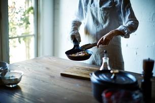 料理をしている男性の写真素材 [FYI01639254]