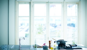 窓辺のキッチンの写真素材 [FYI01639282]