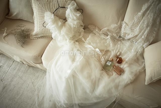 ソファーの上に置かれたウエディングドレスの写真素材 [FYI01639306]