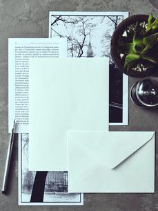 グレータイルの上にあるレターセットとモノクロ写真の写真素材 [FYI01639321]