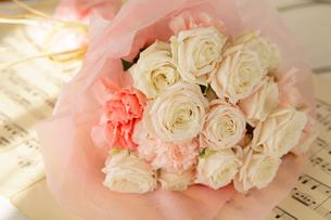 バラと楽譜の写真素材 [FYI01639390]