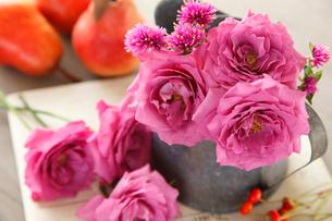 グレープキャンディというバラと洋ナシの写真素材 [FYI01639439]