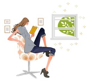 リビングで椅子に座り本を読む女性のイラスト素材 [FYI01639644]