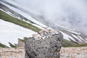 山の中のケルンの写真素材 [FYI01639664]