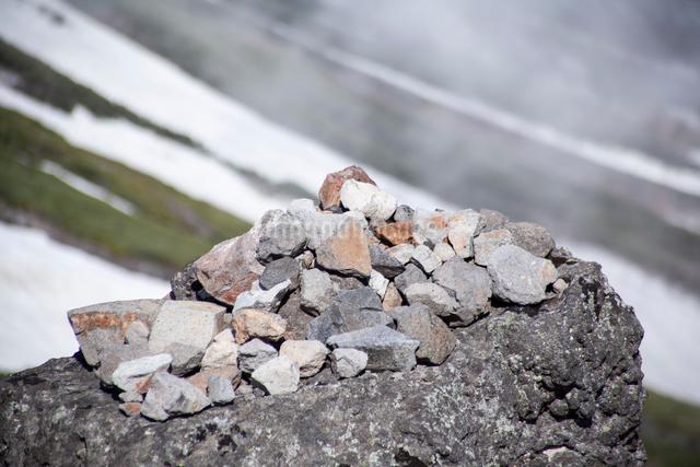 山の中のケルンの写真素材 [FYI01639698]